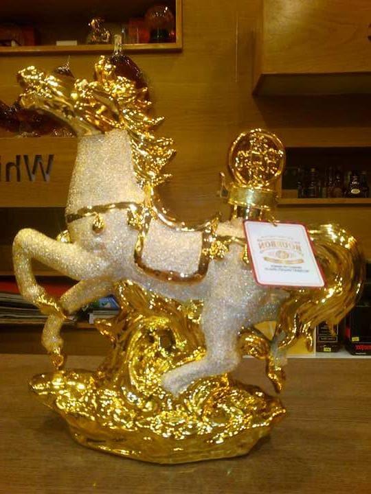 Rượu Con Ngựa Vàng Phong thủy